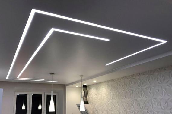 Натяжной потолок «световые линии», пример.